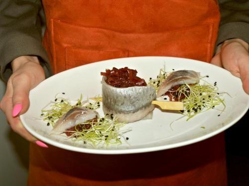 Silkės ritinėlis su svogūnų džemu